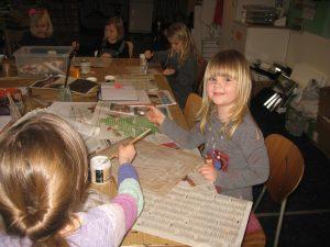 Børnen er kreative med aviser