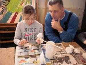 Børn arbejder med ler i Holmeå Kunstforening