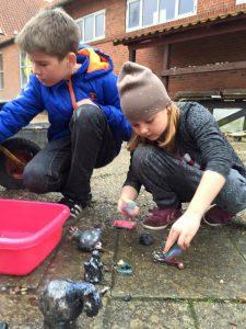 Børn laver ler